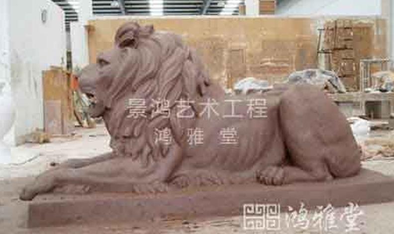 由于中国动物雕塑起源于工艺美术,因此大部分动物雕塑作品具有很强的装饰性和实用性;注重动物形态刻画,并对塑像加彩,塑绘结合,互相补充,使得作品具有和绘画一样的美感和欣赏价值;注重以形传神,以凝练的动物雕塑语言,表现高度的意象美。