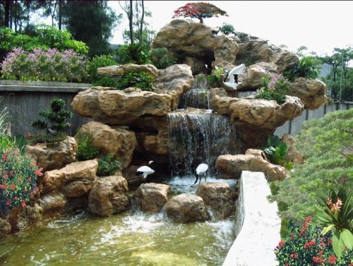 墙角处,甚至在屋顶花园等多种环境中,假山和石景还能作为园林小品